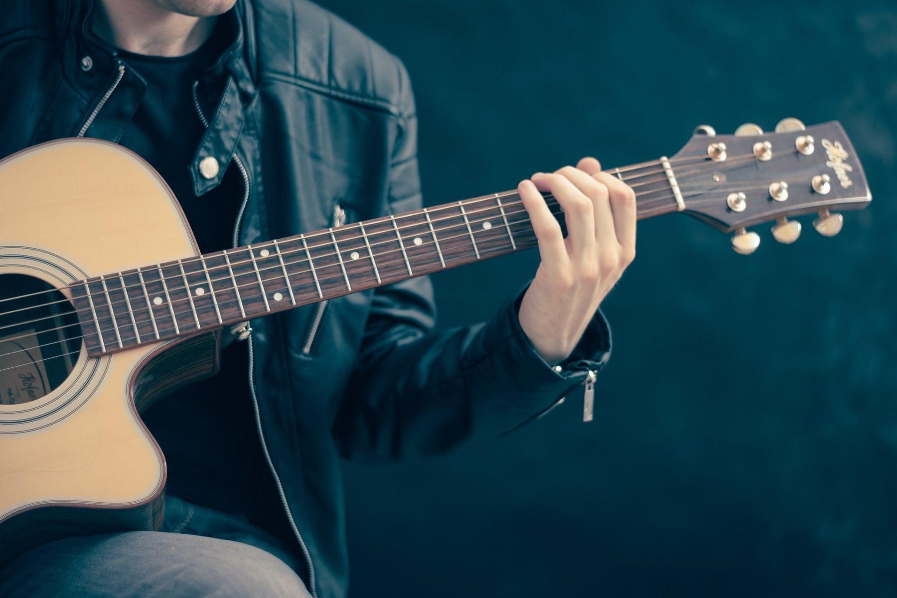 apprendre jouer de la guitare seul la musique avant tout. Black Bedroom Furniture Sets. Home Design Ideas